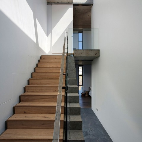 interesting-use-of-concrete-and-wood-to-shape-a-stylish-staircase-1
